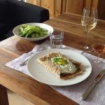 Ein gemeinsames Abendessen mit Freunden in Paris