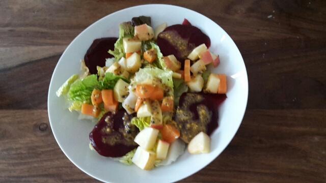 Blattsalat, rote Beete und Gemüse