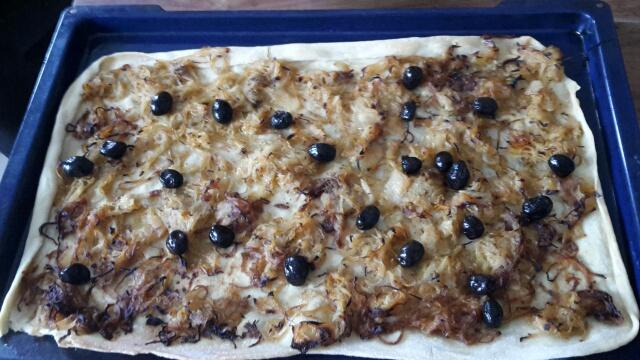 Pissaladière mit Oliven drauf