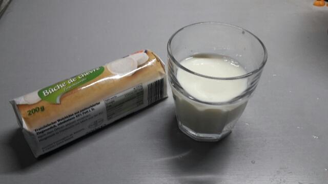 Ziegenkäse und Milch