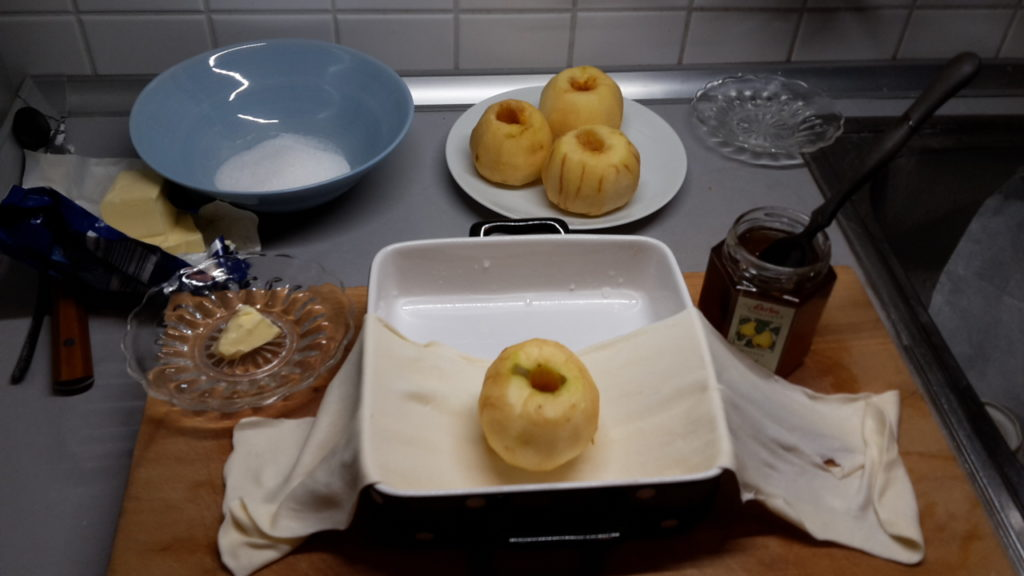 Apfel in Blätterteig einpacken