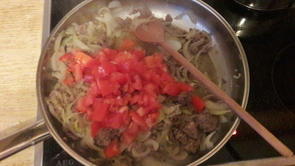Zwiebel-Hackfleisch-Tomaten-Mischung